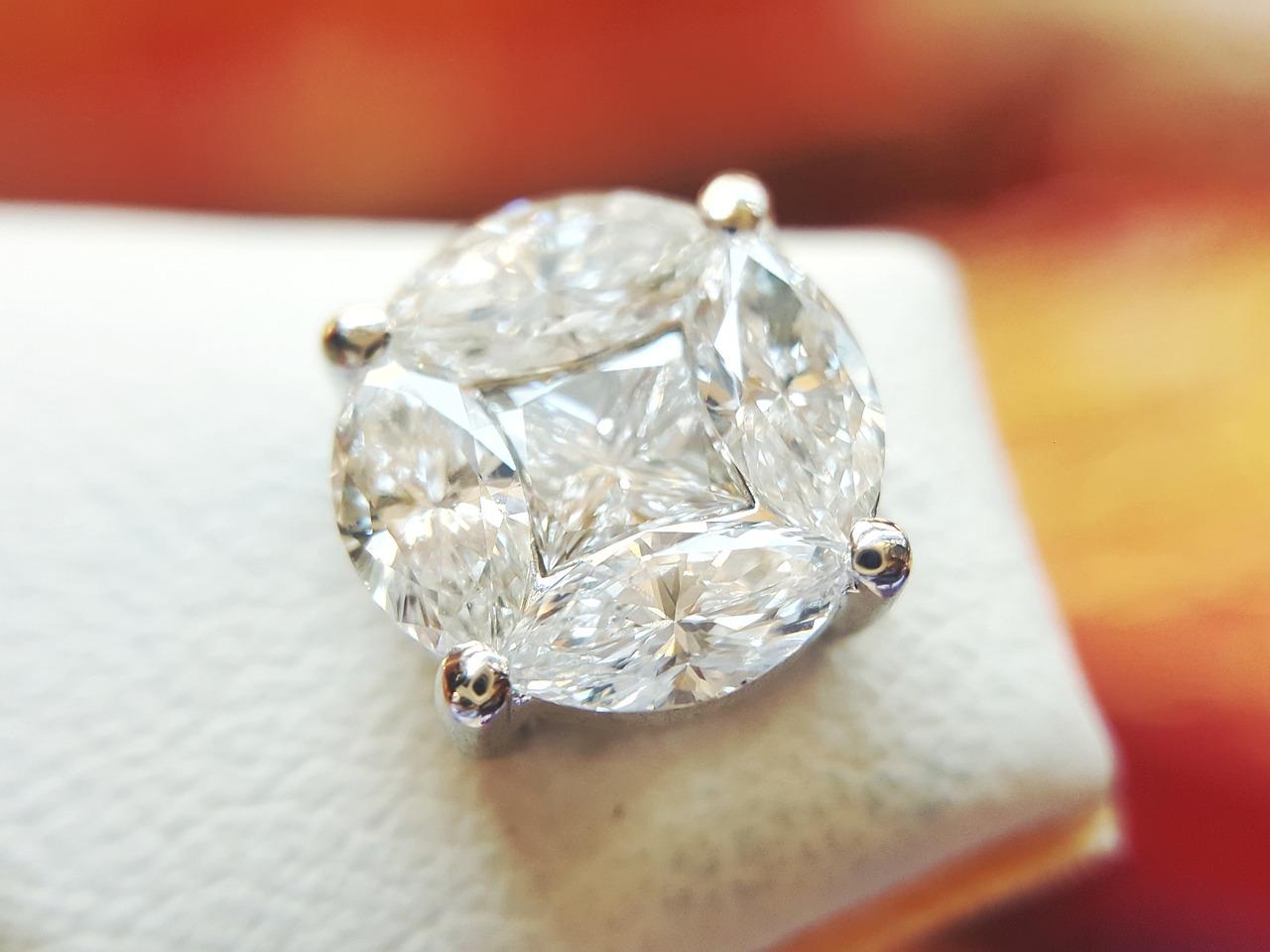 כיצד יהלומים מקבלים את צבעם?